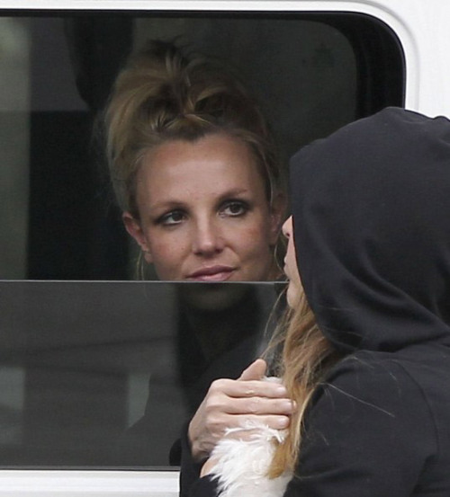 February 8th, 2013 ~ Britney and her assistant made a coffee run in Sherman Oaks.