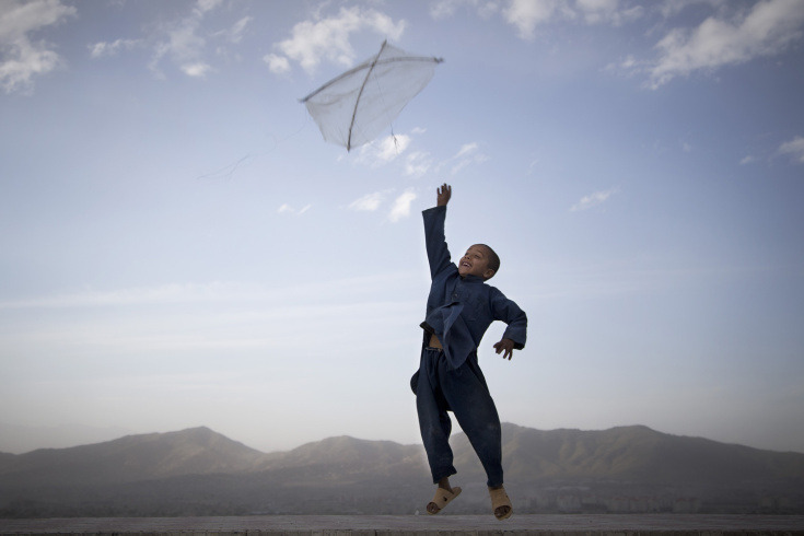deathofdavinci:  Afghan boy playing with his kite, banned in during the Taliban regime it is once again a popular activity.