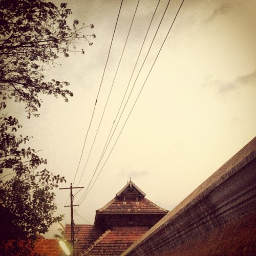 Old Kerala architecture at Thali Siva Temple at Calicut. [The temple's date of origin is uncertain but was most likely built during the foundation of the city itself in the 12th century or before] via Wikipedia. #igers #india #instaoftheday #instafun #picoftheday #photooftheday  (at Thali Siva Temple)