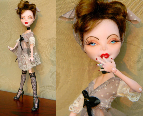 fyeahbjdmods:  fuckyeahmonsterhighdolls:  dolllies:  Monster High OOAK Pin-Up By oao4you  Ooh, very retro-looking faceup.  Nice.  Ah, retro themes are my favorite.
