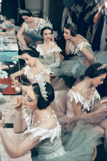 vintagechampagnefever:  Ballet dancers perfecting their look (1940s)