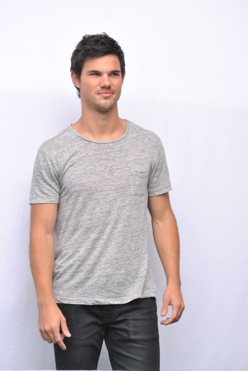 More Photos of Taylor at the Press Conference in Mexico for Grown Ups 2