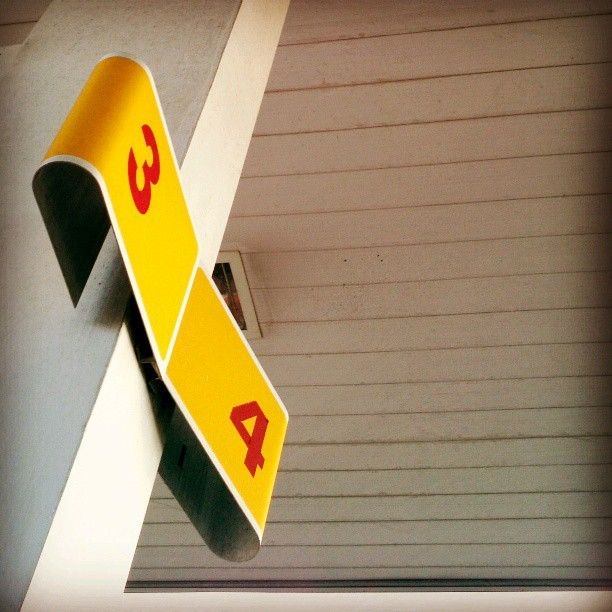 #type #typography #numbers #numeral #red #yellow #lookup #gasstation #servicecenter #petrol #gasoline #shell #roof