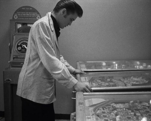 flash-gordo:  Elvis gets into some pinball. Source