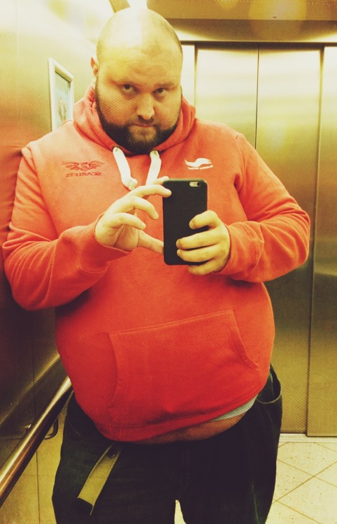 thosecolouredlights:This elevator usually has very clean mirrors and nobody in them