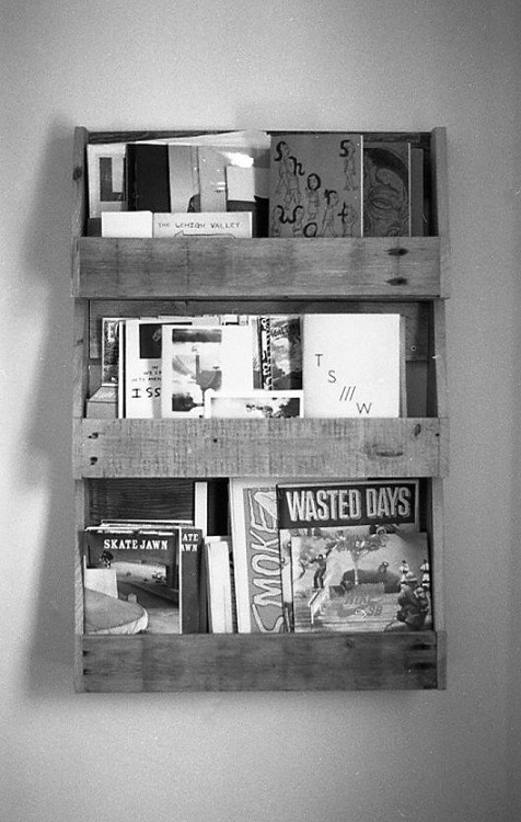snacksandsammies:  V made this zine display out of a wooden pallet.
