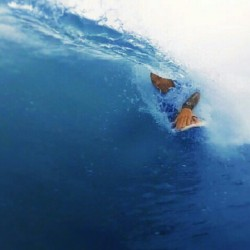 Tucked in nice and tight!! check out the full video on slydehandboards.com. #torpedopeople #handplanes #handboards #bodysurfing #bodysurfing #bodysurfer #handplaners #ocean #sea #blueskies #surfriderday