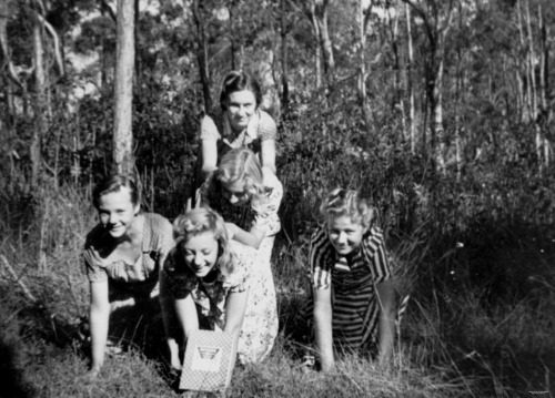 Five Latvian girls in the bush, Brisbane, 1951 (by State Library of Queensland, Australia)