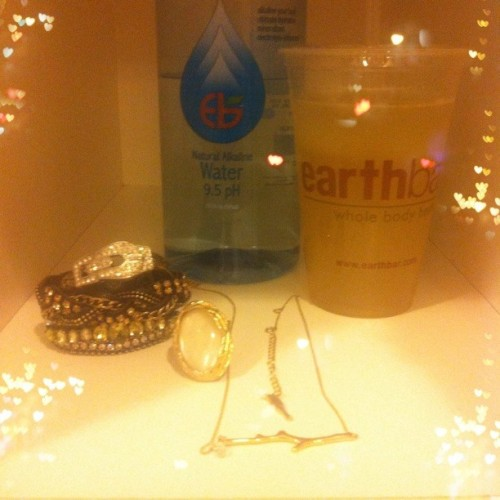 What's in your #gym locker?  {@chloeandisabel #jewels & @earthbarsamo #yummies} #workout #fun #instadrinks #fashion #chloeandisabel #chloeandisabelbyliz #instalove #instastyle  (at Equinox)