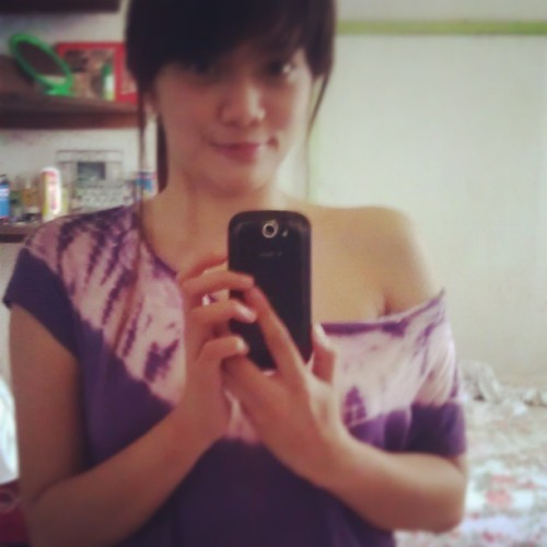 off shoulder ang peg dye shirt ni girlie :) #artemuch #dyeshirt #purple #wednesdayrush #photooftheday #bangs #filipina #selfie #inlove