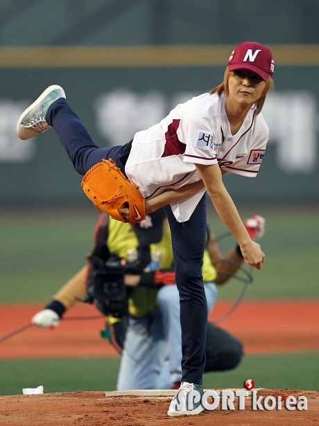 4/4 [NEWS] Led apple First Pitch for Nexen Heroes vs LG Twins - YoungJun