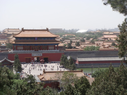 more beijing: the forbidden city (is huge and FILLED, ABSOLUTELY FILLED with tour groups)