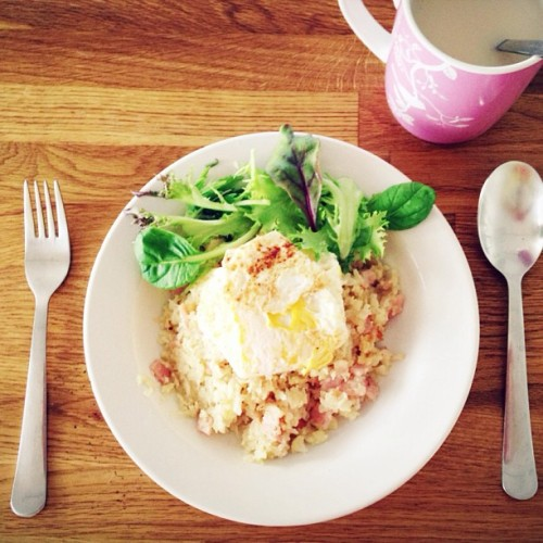 Lunch time! Cauliflower rice, bacon, salad and fried egg with emperor's garden milk tea ☺🍳☕🍛 #foodlove #foodporn #instafood #instagood #instadaily #healthy #brunch #homemade #holidays  (at Siew's box of deliciousness)