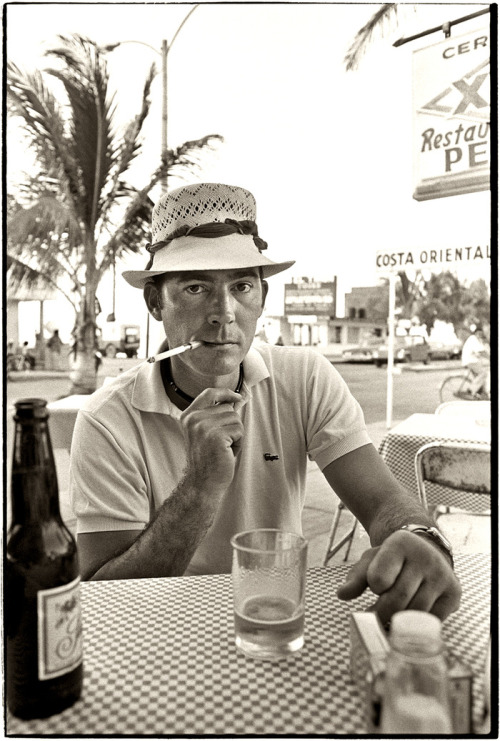 queen-evie: Hunter S Thompson at Pepe's Bar. (source)