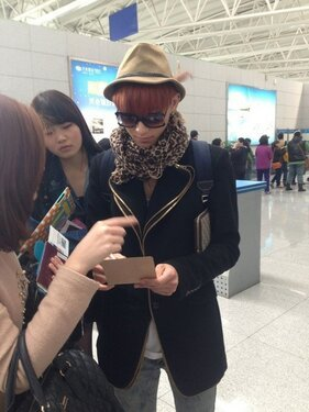 thepyroflaments97:  130422 Tao give some fans an autograph - Airport (cr: 航小行