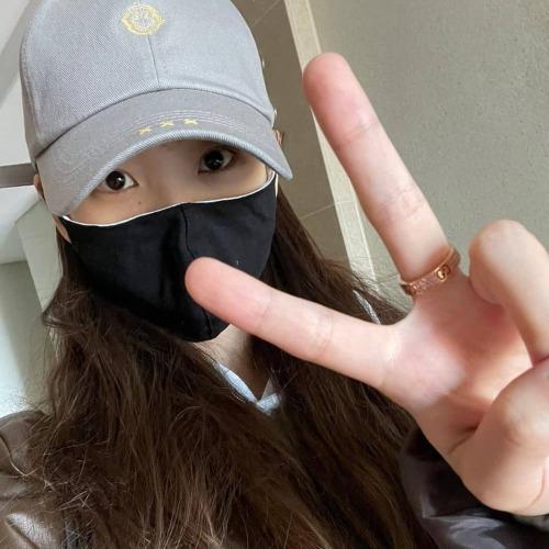 x.x.x.scoff_korea 아이유 님이 데오드란트 스마일 볼캡(그레이)를 착용해주셨습니다❤️🔥😆 https://www.instagram.com/p/CRQuuX6to1O/?utm_medium=tumblr