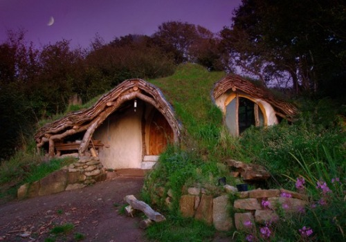evocativesynthesis:  Eco-friendly hobbit-house in Wales (via Atlas Obscura)