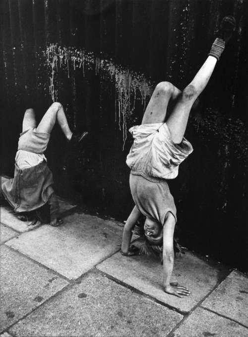 by Roger Mayne, London, 1956 (via Vintage Everyday)