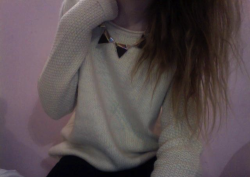 chanel-labrinth:  bought a new jumper today it's really cosy  just realized it looks like i have no hand hahah