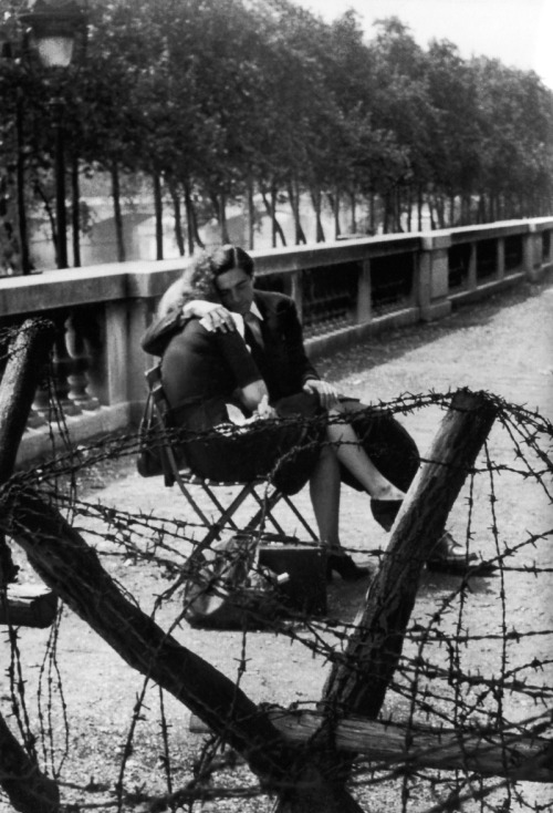 m3zzaluna:  love and barbed wire (lovers in the jardin des tuileries), paris 1er, 1944 © robert doisneau, from doisneau [the war 1939-1944]