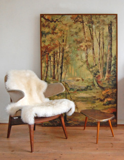 this. oh yesss. ourownfanhouse:  WANT. Love this. Clean midcentury + shearling. youngbeautiful-etc:   new finds.. (by ATLITW)