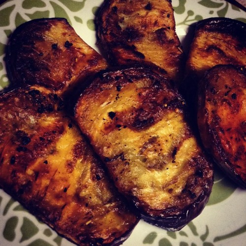 The eggplant turned out so yummy! Some are seasoned with rosemary and garlic, the others with chili and cayenne powder. Came out perfect! #eggplant #vegan #vegetarian #spices #dinner #delicious #🍆 (at Home Sweet Home)