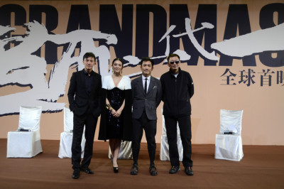 Cast with Wong Kar-wai. (source: The Wall Street Journal) via bittersweet2046