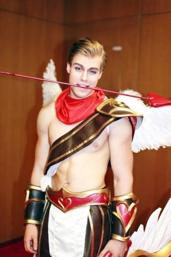gaynerds:  Cupid Varus Cosplay at LoL MSI 2016