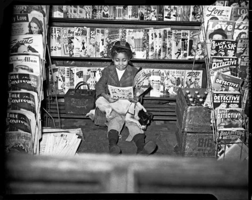 "Photo by Charles ""Teenie"" Harris. ❤ little girls reading comic books"