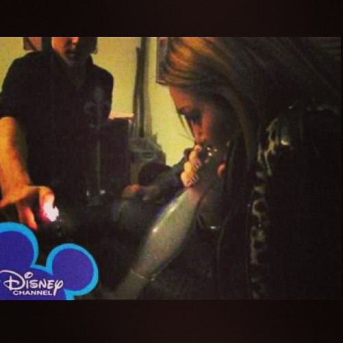 thefourtwentytimes:  mirinerdohsosnoogen:  #mileycyrus #disney #bongs  good golly ms miley. you know how to boss a bong