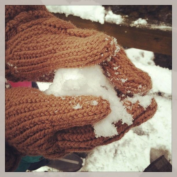It's not an apple: my Bella (#twilight) #mittens. #knitting #snow #selfie Ravelry: http://ravel.me/CarlaYarn/nabgs