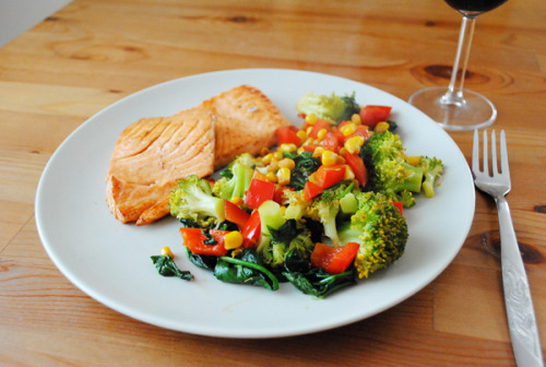 im-undone:  Fried salmon. Stewed broccoli, red bell pepper, spinach and corn, seasoned with sea salt and pepper. Glass of red wine.