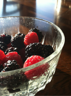 healthy-betch:  Mid day snack of fresh blackberries and raspberries !