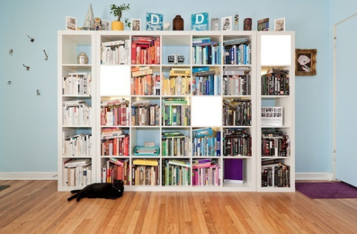 Color coordinated bookshelf.  I WANT.