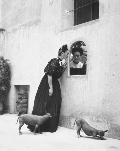 Manual and Lola Alvarez Bravo. Frida Kahlo
