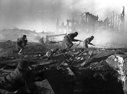 disfigured-humanity:  Soviet soldiers moving in Stalingrad