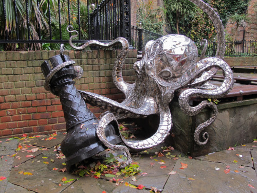steampunktendencies:  Octopus playing chess. Created by Leigh Dyer