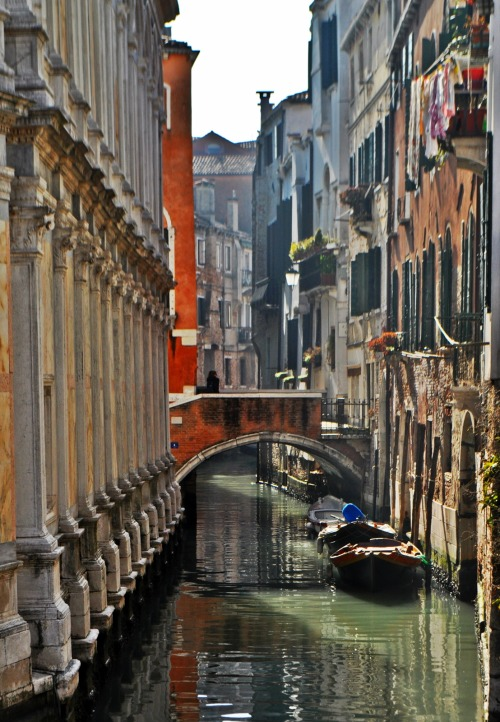 travelingcolors:  Near Miracoli Church, Venice | Italy  Photo taken by me (Nacho Coca)