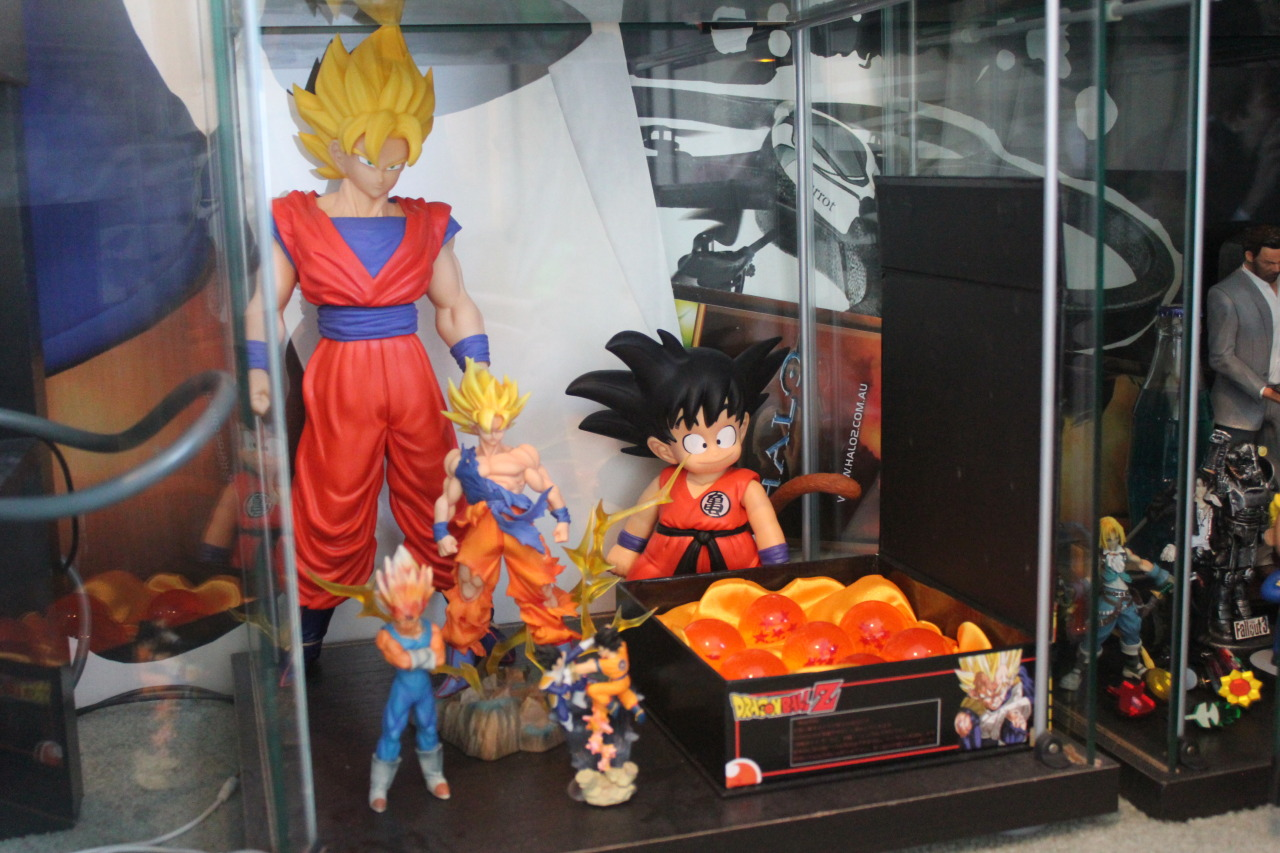 charalanahzard:  My Dragonball shelf/Goku shrine.