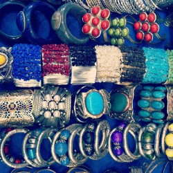 Super sexy contemporary jewelry shopping in Delhi #delhi #market #jewelry #colors #silver #gold #precious #treasure #shopping #india #indian  (at Khan Market)