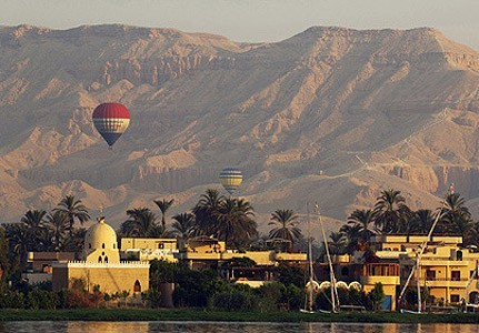 Egypt: 2 Britons Among 19 Tourists Killed in Luxor Balloon Crash http://www.ibtimes.co.uk/articles/439478/20130226/egypt-hot-air-ballon-crash-britons-luxor.htm