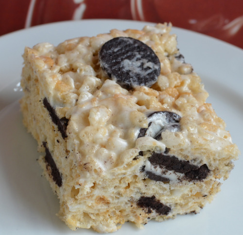 thecakebar:  Cookies And Cream Rice Krispie Treat Just add mini oreos to your favorite rice krispie recipe :)