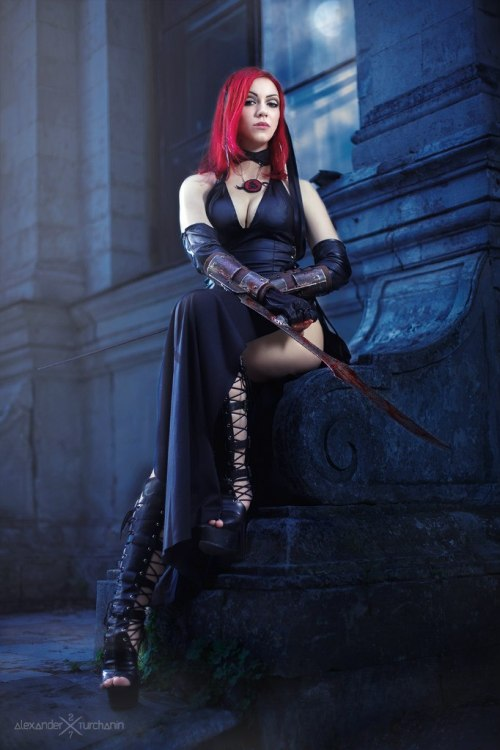 groteleur:  BloodRayne Girls get their fantasy fashion cravings satisfied with cosplay! See their wild outfits here >