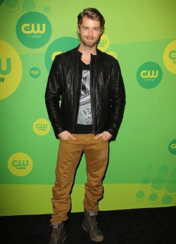 2013 CW UPFRONT PRESENTATION - LUKE MITCHELL (AUSSIES REPRESENT) 'I Am Starstruck' International Feature It's UPFRONTS season in Hollywood at the moment!  TV executives are prepping their flashy presentations for advertisers and the best part of these events is that the stars of the shows hit the red carpet themselves. The 2013 CW Upfront Presentation was held on Thursday at the London Hotel in New York City. At 'I Am Starstruck', we absolutely love supporting local Aussie talent so the fact that some of our own home grown hotties are making their mark in Hollywood is super exciting to the max! Former 'Home and Away' star and now 'The Tomorrow People' actor Luke Mitchell hit the red carpet with a new rock star look complete with leather jacket and sexy beard. Image Source: Just Jared