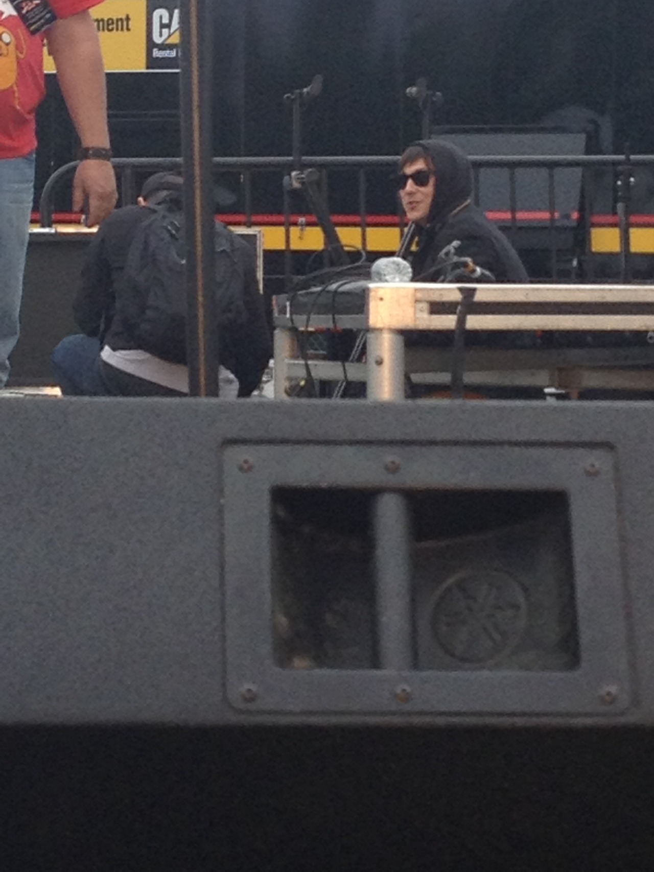 theyungveins:  i was taking pictures of frank setting up and
