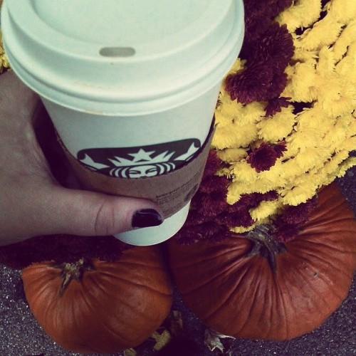 It doesn't get anymore fall then this!! 👌🎃 #fall #pumpkin #PSL #starbucks #basic #leaves #blacknails 🍂👌