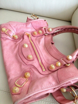 varsitypink:  oh for the love of god the needs I have for this bag.