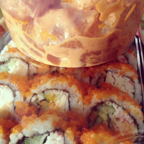 #Lunch. #spicyahi and some Cali rolls!  (at Foodland)