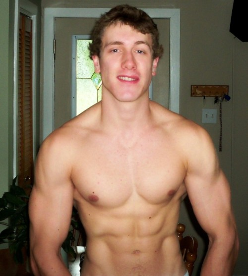 undie-fan-99:  Hottie flexing in the living room area