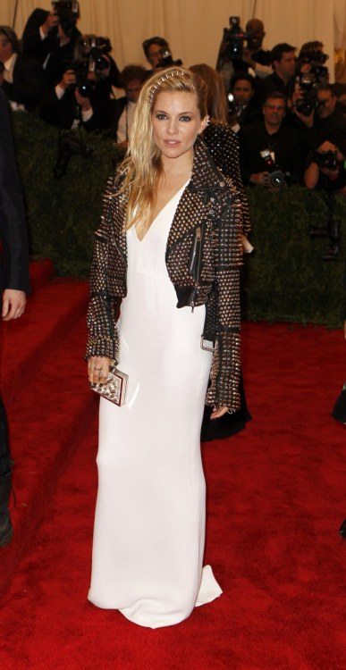 We love momma Sienna Miller's Met Gala look from last night!